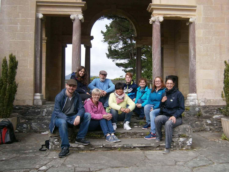 Reiseunternehmerin Sabine Rosenhammer (erste von rechts) bei der Arbeit